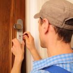 Schlüsseldienst öffnet Tür mit Spezialwerkzeug